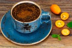 Retro- Tasse Kaffee auf Woody Dark Background lizenzfreie stockfotografie