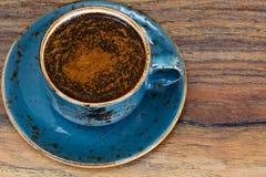 Retro- Tasse Kaffee auf Woody Dark Background stockbilder