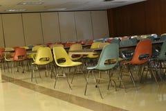 Retro tavola e sedie in un self-service in una scuola immagine stock