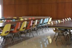 Retro tavola e sedie in un self-service in una scuola fotografia stock libera da diritti