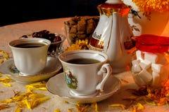 Retro tazze di stile di tè con la luce della candela fotografia stock libera da diritti