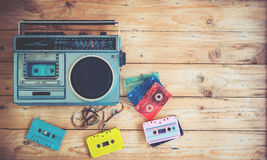 retro technologie van radiocassetterecordermuziek met retro bandcassette op houten lijst Stock Foto