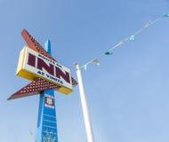 Retro tecken för neonpilform på Route 66, gästgivargård på Vinita, Oklahoma Royaltyfri Bild