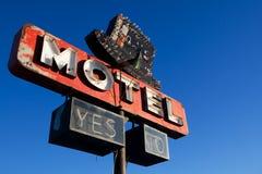 retro teckensky för blått motell Royaltyfri Foto