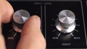 Retro tecnologia Una persona regola il livello di registrazione, playback dei canali destri e sinistri di registratore archivi video