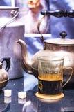 Retro- Teekanne und Retro- Glas Stockfoto