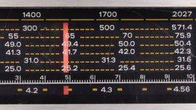 Retro teknologi Gradera för sökande av radiostationer stock video