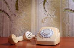 Retro- Telefon auf Holztisch im vorderen Steigungshintergrund Lizenzfreies Stockbild