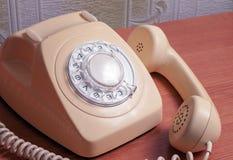 Retro- Telefon auf Holztisch im vorderen Steigungshintergrund Stockfoto