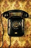 Retro- Telefon auf Weinlesetapete Lizenzfreie Stockfotos