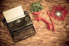Retro telefon i maszyna do pisania Fotografia Royalty Free