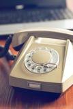 Retro telefon och modern bärbar dator Royaltyfri Foto