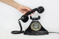 Retro telefon, ręka podnosi up odbiorcy obrazy royalty free