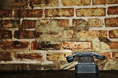 Retro Telefon - Weinlese-Telefon auf altem Schreibtisch stockfotografie