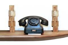 Retro telefono della linea terrestre sullo scaffale di legno fotografia stock