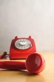 Retro telefono rosso con fuori dal ricevitore del gancio Immagine Stock