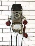 Retro telefono su una parete bianca Immagini Stock