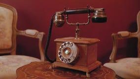 Retro telefoon met een buis op een houten lijst in een uitstekend binnenland stock video
