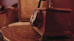 Retro telefoon met een buis op een houten lijst in een uitstekend binnenland stock footage