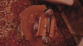 Retro telefoon met een buis op een houten lijst in een uitstekend binnenland Mening van hierboven stock footage