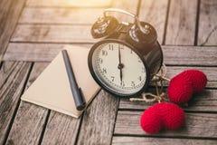 Retro tempo di orologio 6 a o& x27; cronometri con il taccuino o l'appunto sulla tavola di legno Fotografia Stock