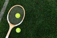 retro tennisracket på naturligt gräs med bollar arkivbilder