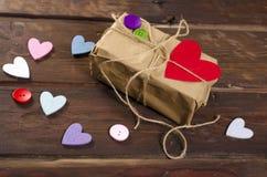 Retro teraźniejszości pudełko z czerwonym sercem Fotografia Stock