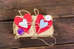 Retro teraźniejszości pudełko z czerwonym sercem zdjęcie royalty free