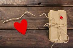 Retro teraźniejszości pudełko z czerwonym sercem Zdjęcie Stock