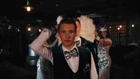 Retro- Themapartei - attraktive junge Männer, die ihre Kostüme durch Rotation vorführen - eine Leistung stock video footage