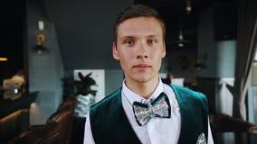 Retro themapartij - een mens in officiële kleren die zich voor de camera bevinden - begroeting stock videobeelden