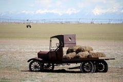 Retro- Tieflader mit Heuballen auf einem Bauernhofgebiet stockfoto