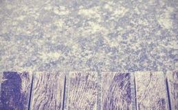 Retro tonad gammal träpir på is, utrymme för text Royaltyfri Fotografi