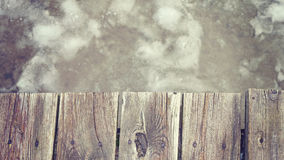 Retro tonad gammal träpir på is, utrymme för text Royaltyfria Bilder