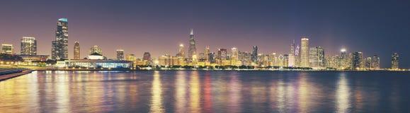 Retro tonad panorama- bild av Chicago stadshorisont på natten, Arkivbild