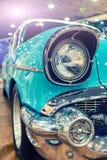 Retro tonalità americana del primo piano del faro dell'automobile Punto di vista fotografie stock