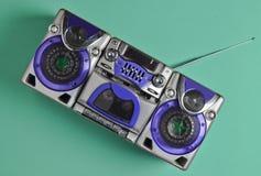 Retro- Tonbandgerät auf Minze-farbigem Pastellhintergrund Technologie 80s Lizenzfreies Stockfoto