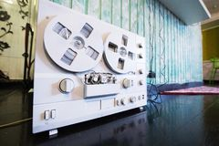 Retro- Tonbandgerät der Spule lizenzfreie stockfotos