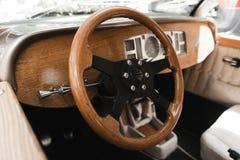 Retro torpedbr?llopbil med tr?garneringar arkivbild