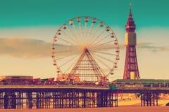 Retro torre di Blackpool di effetto del filtro dalla foto e centrale Pier Ferris Wheel, Lancashire, Regno Unito Fotografia Stock Libera da Diritti
