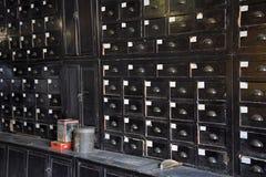 Retro träenheter inom apoteket shoppar Arkivfoto