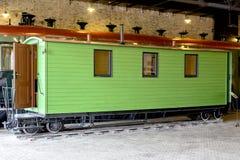 Retro träjärnväg vagn på stationen museum Arkivfoton