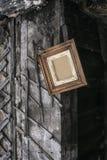 Retro träram på väggen av ladugården Arkivfoto