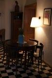 Retro trätabell och stol för tappning royaltyfri bild