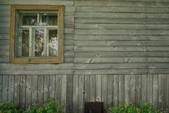 Retro trävägg med fönstret och blommor fotografering för bildbyråer