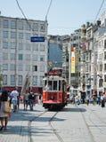 Retro- Tram bewegt sich entlang eine beschäftigte Istiklal-Straße in Istambul Stockfotos
