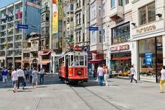 Retro- Tram bewegt sich entlang eine beschäftigte Istiklal-Straße in Istambul Stockfoto