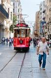 Retro- Tram bewegt sich entlang eine beschäftigte Istiklal-Straße in Istambul Stockbild