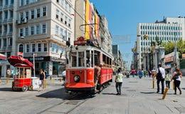 Retro- Tram bewegt sich entlang eine beschäftigte Istiklal-Straße in Istambul Lizenzfreies Stockfoto