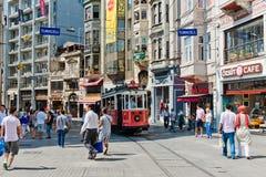 Retro- Tram bewegt sich entlang eine beschäftigte Istiklal-Straße in Istambul Lizenzfreies Stockbild